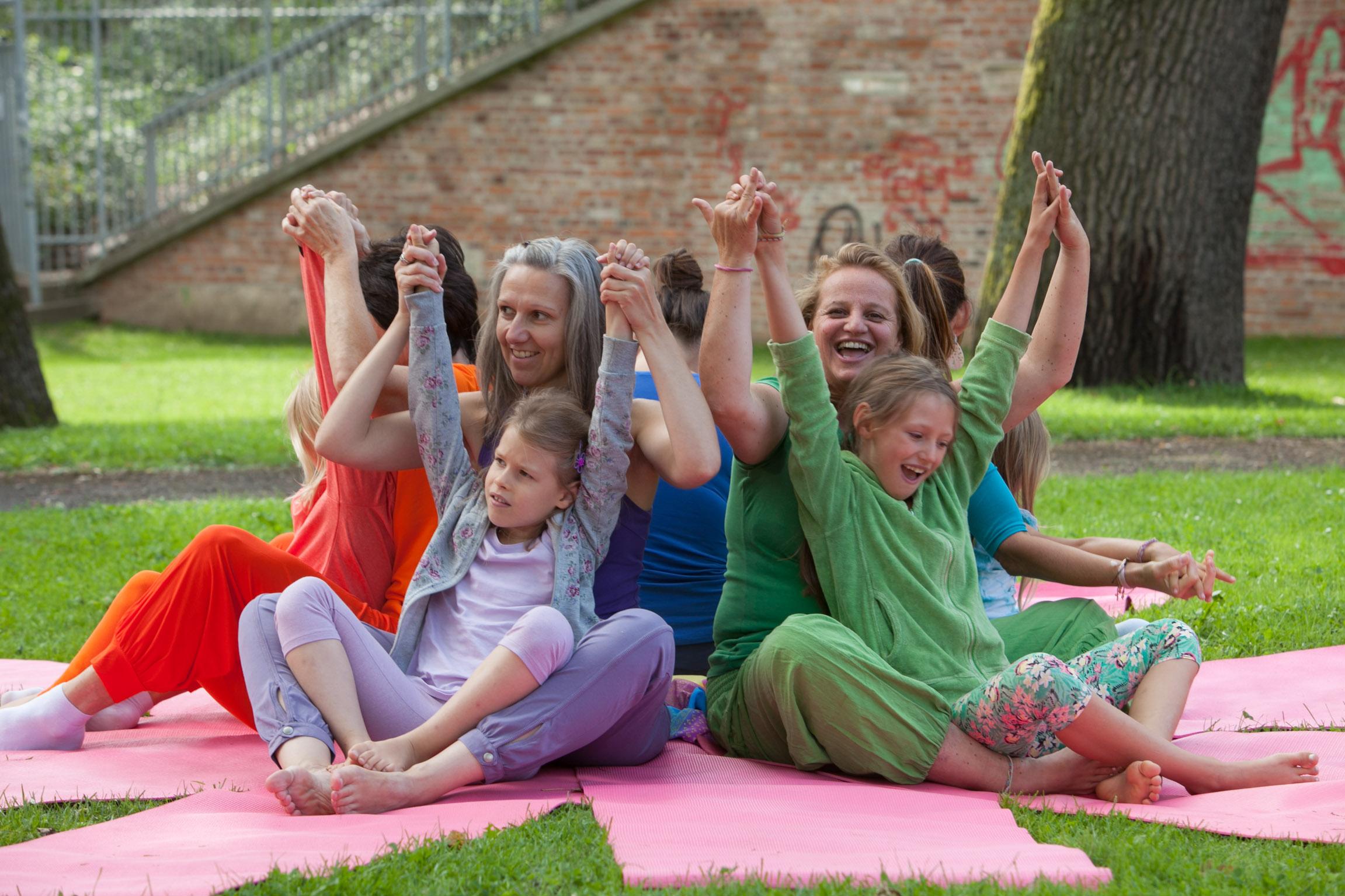 Foto: Kinderyoga, Mütter mit Töchtern beim Kinderyoga im Stadtpark Graz