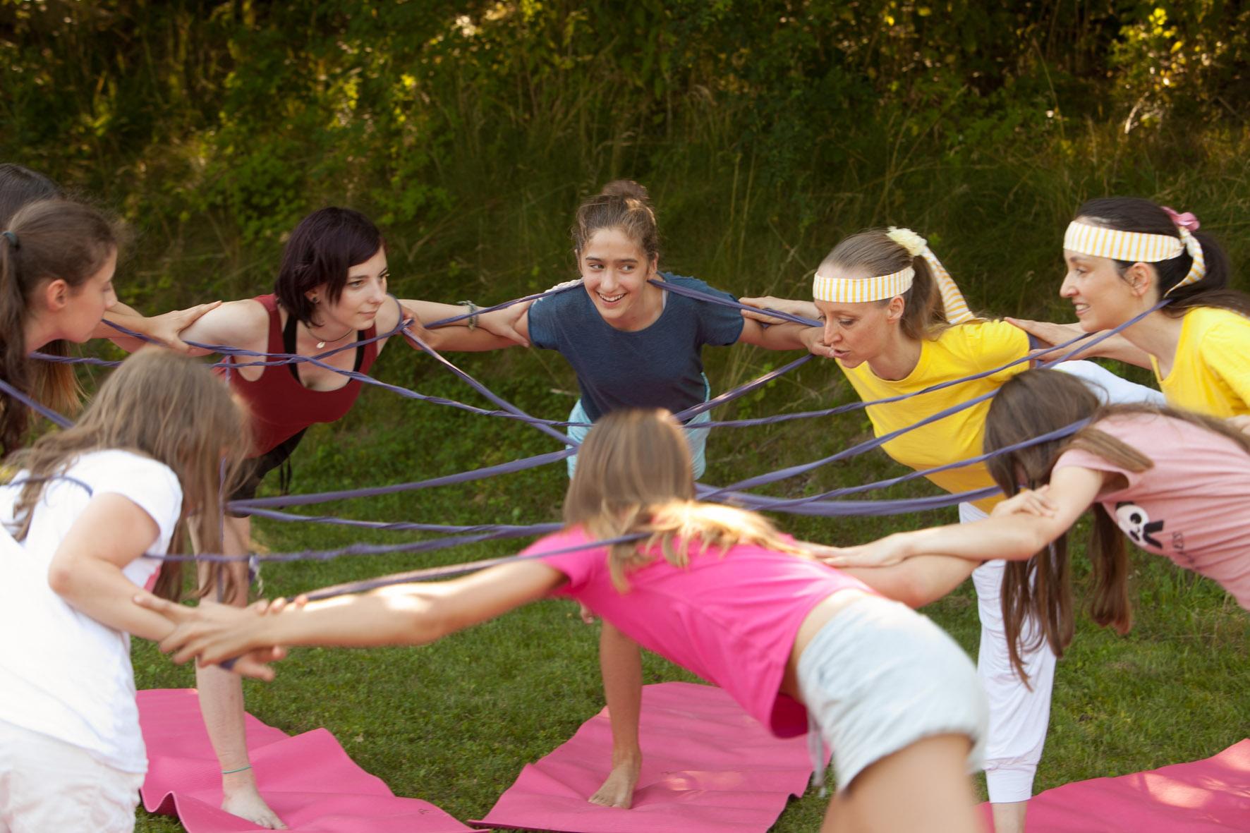 oto: Teenageryoga Mädchen bei Netzwerk-Übung