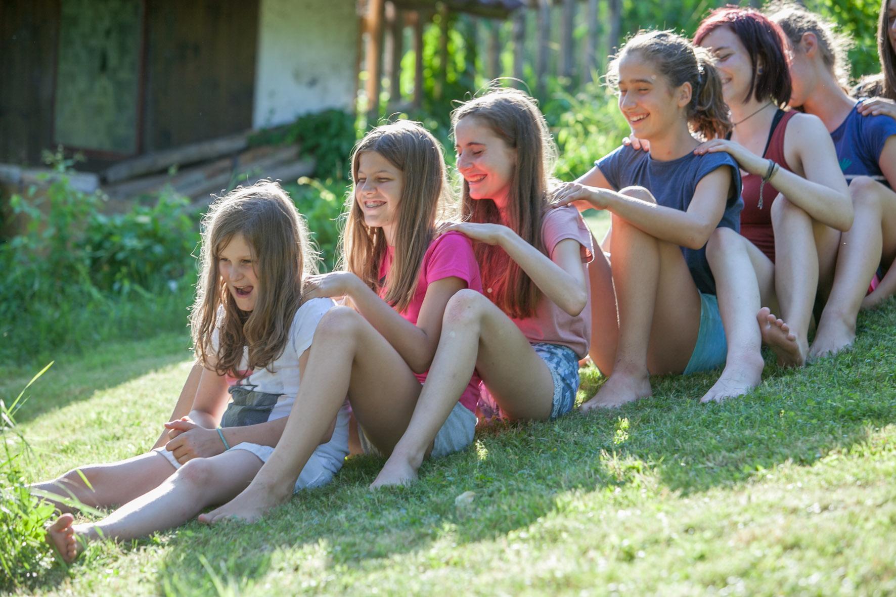 Foto: Teenageryoga Mädchen bei Partnerübung