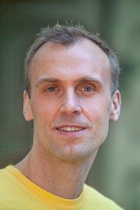 Portrait-Foto: Yoga-Lehrer Manuel Schischek