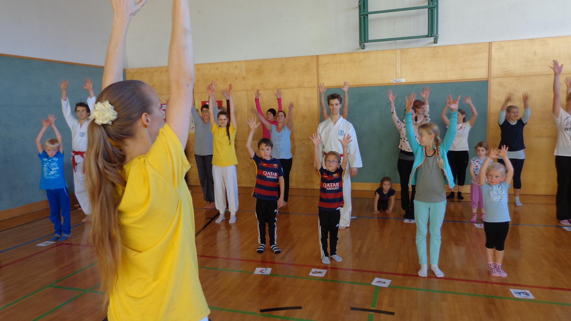Foto: Kinderyoga Schulprojekt mit Sibylle Schöppel und Taekwon-Do