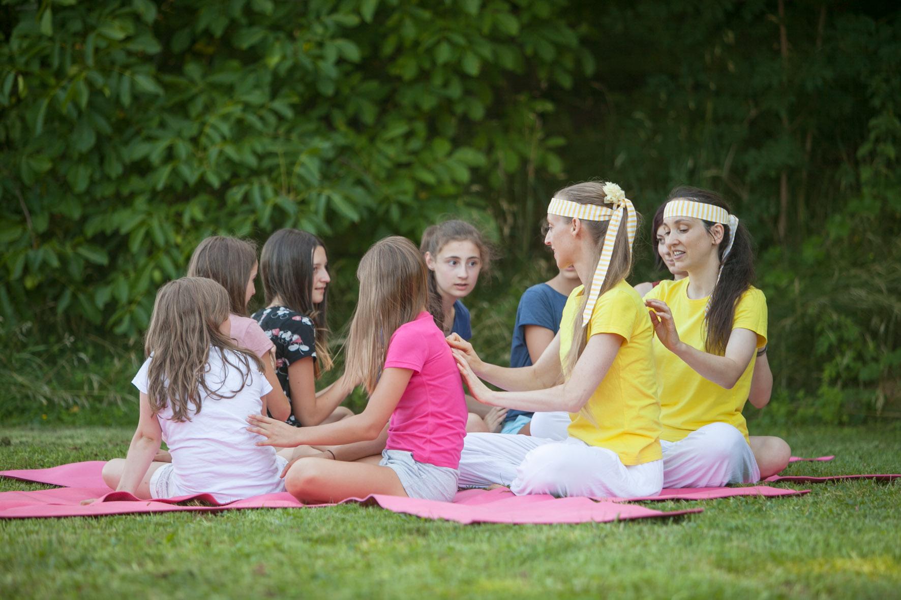 Teenageryoga-Gruppe mit Sibylle Schöppel beim Massagespiel