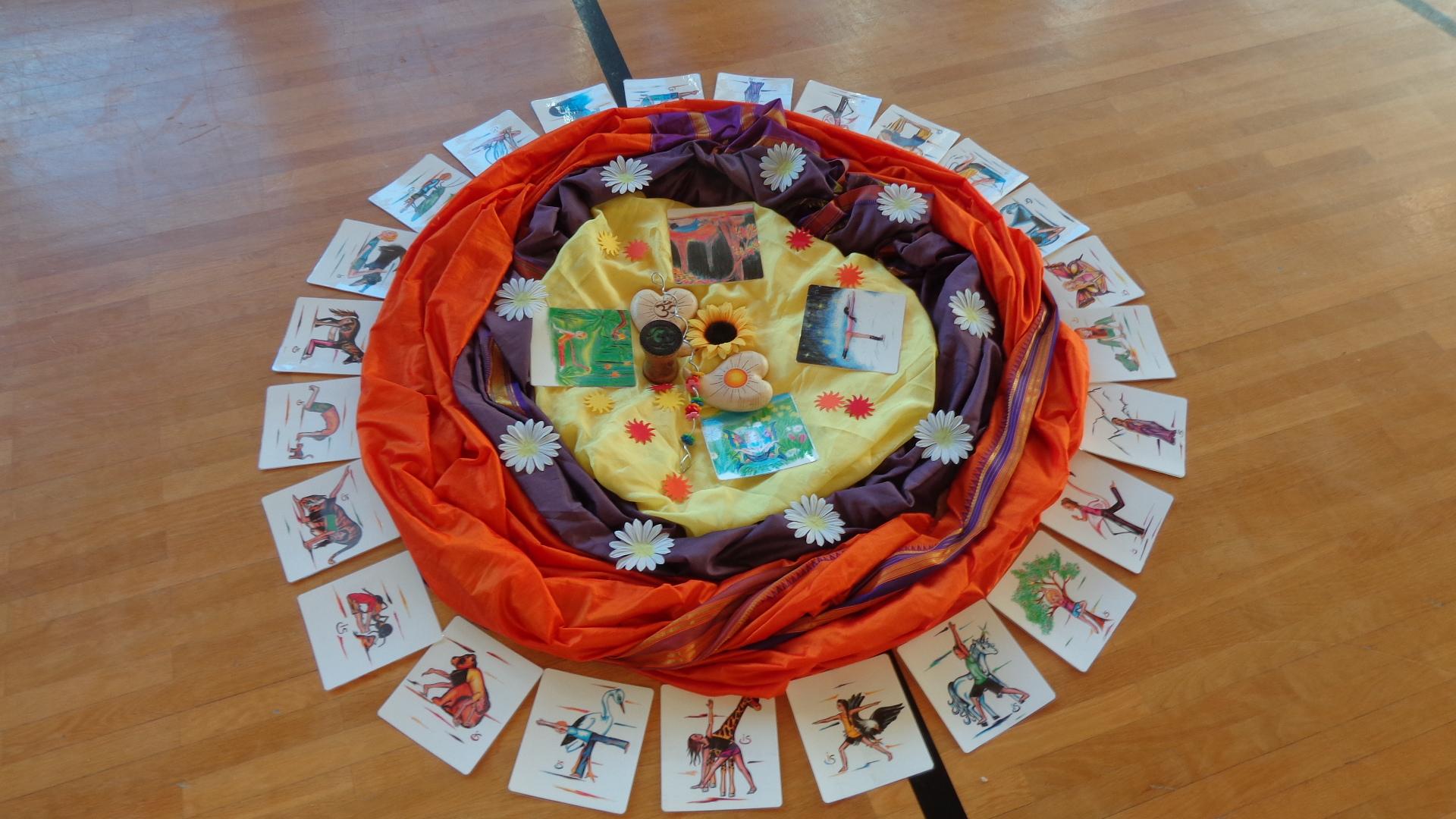 Foto: Yoga-Mitte mit Tüchern und Karten