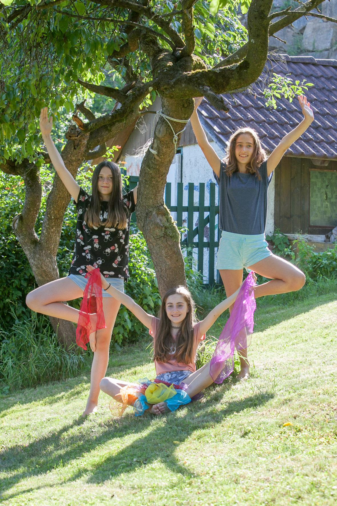 Foto Teenageryoga: 3 Mädchen in Yoga-Position Baum