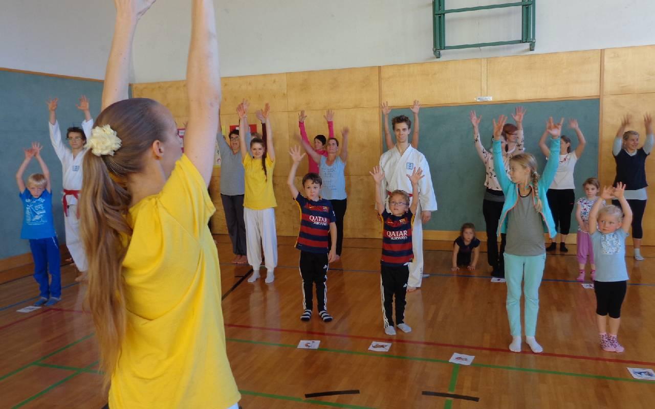 Foto: Kinderyoga-Expertin Sibylle Schöppel Familien-Yoga im Turnsaal