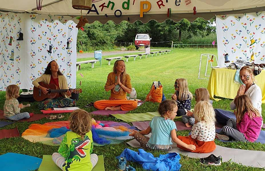 Foto: Kinderyoga-Gruppe mit Sibylle Schöppel Wasserfest 2021