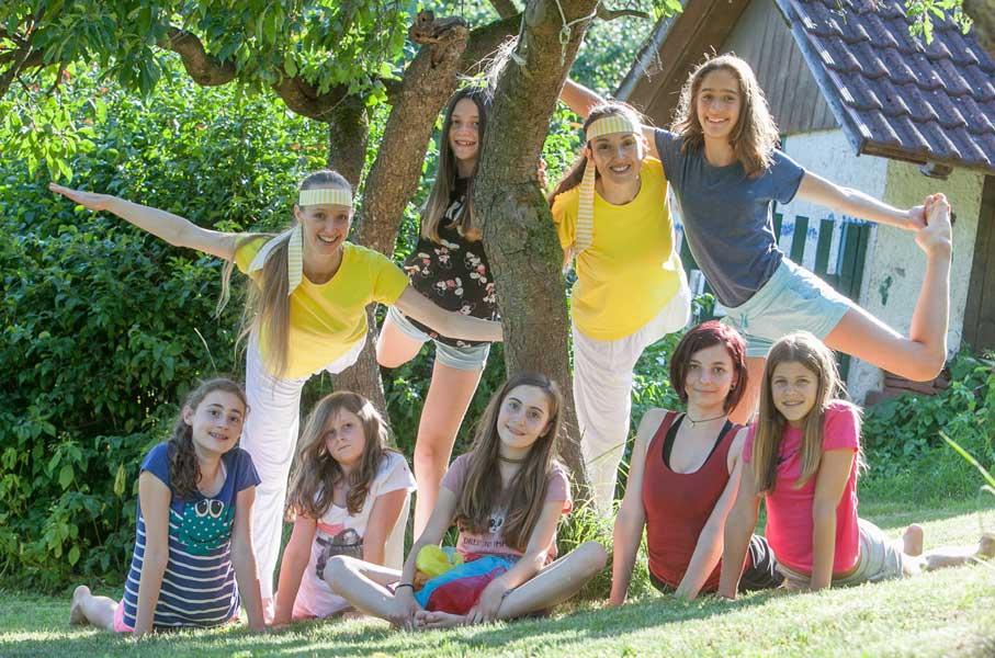 Foto: Teenageryoga Sibylle Schöppel Gruppe bei Baum